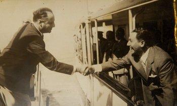 Luis Batlle Berres, desde el Capitán Miranda (izquierda), y Juan Perón, desde el yate Tecuara, se saludan en 1948 en el Río de la Plata, frente a Carmelo. Las buenas relaciones serían efímeras