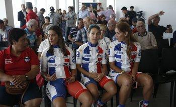 La integrante del equipo del Club Ciclista Fénix Rossana Audiffred, y las ciclistas Mariana Illiarza, Carla Moncher y Vanessa Pilon