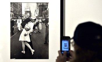 La fotografía ha aparecido en exposiciones alrededor del mundo y se ha reproducido en postales, láminas y objetos de toda índole.