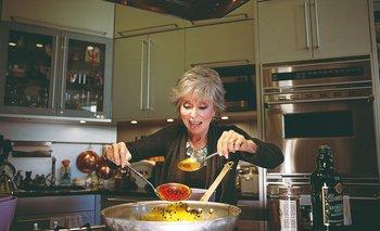Rita Moreno cocinó su distintivo picadillo, un plato típico cubano.