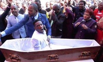 El pastor Alph Lukau (vestido de traje azul) afirmó que revivió a este hombre.