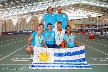 Los entrenadores Allende y Bentancor y los atletas Pía Fernández, Santiago Catrfoe, Lorena Aires y Déborah Rodríguez