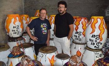 Colo Brun y Coco Rivero en medio de los tambores de Tronar, en su sede del club Barracas.
