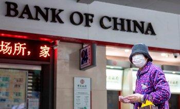 Un ciudadano chino camina por la calle con tapaboca