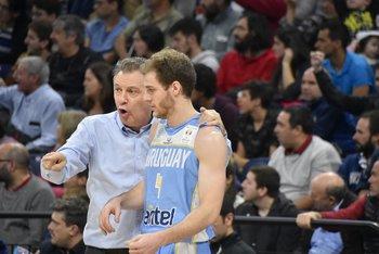 Ruben Magnano le da indicaciones a Santiago Vidal de Uruguay