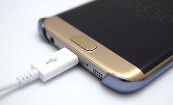 Es recomendable utilizar el cargador original del móvil