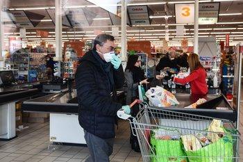 En Codogno, la ciudad donde está el foco principal del virus, hay fila para entrar a un supermercado.