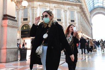 Una mujer con tapaboca camina en la galería Vittorio Emanuele II de Milan