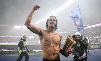 Cavani con el trofeo que le entregó PSG