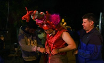 Julián Aguiar y Christian Aguiar auxilian a los murguistas ante cualquier imprevisto