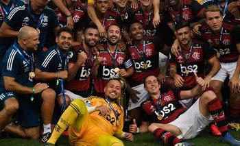 De Arrascaeta en el festejo de Flamengo tras ganar la Recopa
