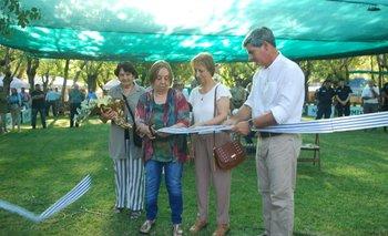 Santiago Bordaberry, presidente de la Sociedad Rural de Durazno, junto a descendientas del primer presidente de la institución.