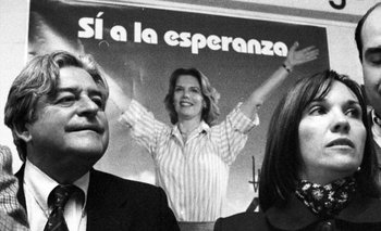 Lacalle y Argimón, con un cartel de Julia Pou detrás, en le campaña de 1998