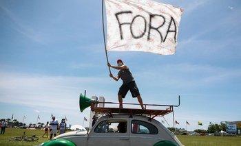 Manifestante flamea bandera en contra Bolsonaro
