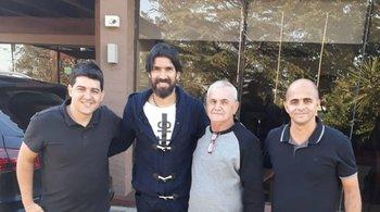 Sebastián Abreu junto a los dirigentes del nuevo club