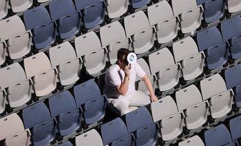 Un espectador observa el partido de la ATP Cup entre Andrey Rublev y Yoshihito Nishioka