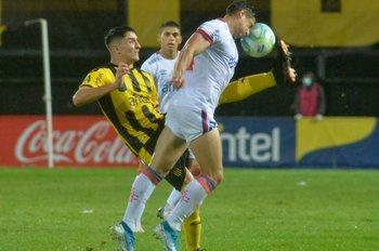 Piquerez impacta la pelota contra el rostro de Méndez