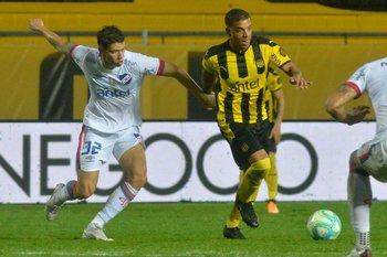 Martínez marcando a Terans, los mejores de cada lado