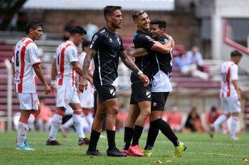 Abrazo de Matías Deorta y Maximiliano Rodríguez.