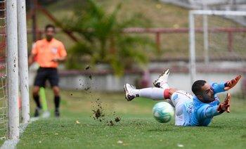 Fabrizio Correa casi llega en el penal del 4-0
