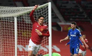 El primer gol de Manchester United ante Everton fue de Cavani quien ya lo festeja ante la desazón rival