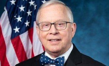 El republicano Ron Wright posando con la bandera de Estados Unidos de fondo