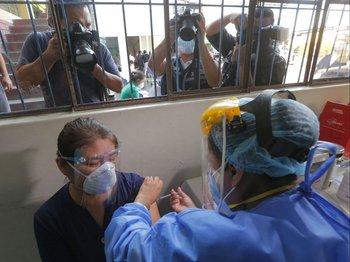 Un trabajador de la salud recibe la primer dosis de la vacuna contra el covid-19