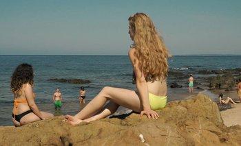 Una imagen de la película que reproduce a Las bañistas, de Petrona Viera