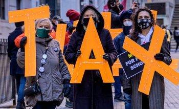 En medio de la pandemia de covid-19 manifestantes piden que los multimillonarios de Estados Unidos paguen más impuestos.