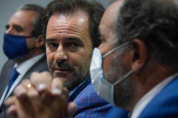 El ministro de Turismo, Germán Cardoso, junto al subsecretario Remo Monzeglio y al intendente de Rocha, Alejo Umpiérrez, este martes en el lanzamiento de un llamado internacional para construir un hotel cinco estrellas con casino en Rocha