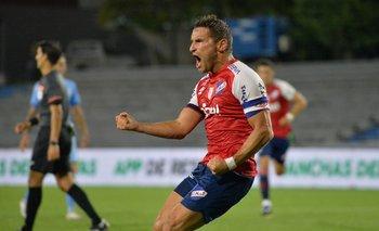 Bergessio celebra su gol