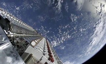 Fotografía tomada desde el espacio de un satélite de Starlink.