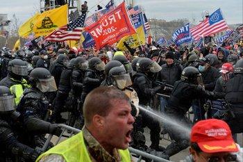 Manifestantes protestan a las afueras del Capitolio