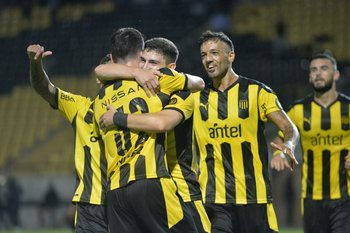 Álvarez celebra con Piquerez, el asistidor y Herrera se suma