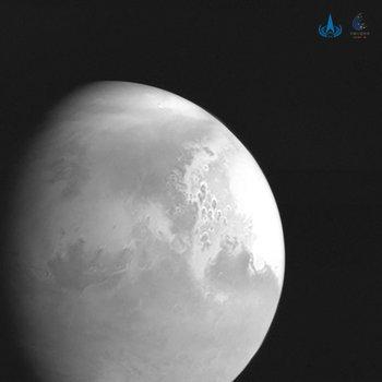 Esta fotografía distribuida publicada el 5 de febrero de 2021 por la Administración Nacional del Espacio de China (CNSA) muestra una imagen de Marte capturada por la sonda china Tianwen-1. Se ve la superficie de todo el planeta desde un lugar próximo al planeta.