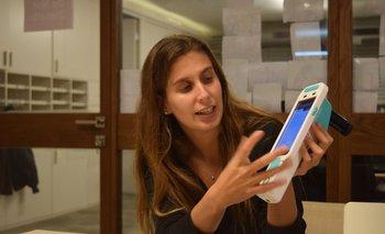 La ingeniera uruguaya Gal Brenner presenta un equipo de colposcopía portátil de la empresa israelí Mobile ODT