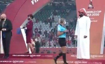 El sheik de Catar se niega a saludar a la árbitra en la entrega de premios en el Mundial de Clubes