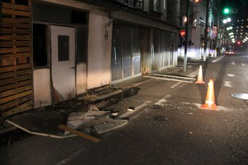 Se observan edificios dañados en Fukushima el 13 de febrero de 2021 después de que un fuerte terremoto de magnitud 7.1 sacudiera la costa este de Japón, pero no se emitió ninguna advertencia de tsunami, dijeron las autoridades japonesas.