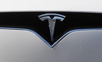 Tesla no recomienda manejar los vehículos sin tener las manos al volante