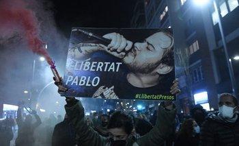 Manifestantes protestan condena al rapero Pablo Hasél en Barcelona