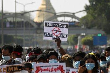 """""""End, end, end"""": manifestantes reclaman el fin del golpe militar"""
