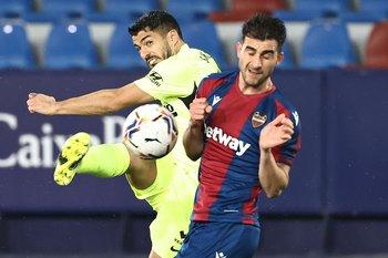 Luis Suárez no pudo con la defensa rival