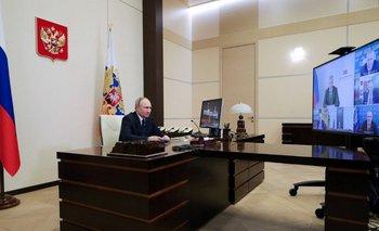 Vladímir Putin durante una conferencia de prensa virtual con grupos políticos