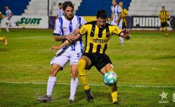 Lamardo y Piquerez durante el partido por el campeonato Uruguayo.