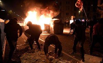 Manifestantes en Barcelona toman piedras y ladrillos para enfrentar la policía en protesta por la detención del rapero Pablo Hasél