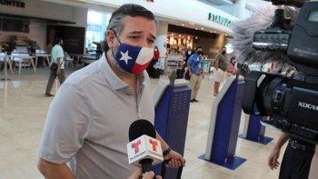 El senador republicano Ted Cruz en el aeropuerto a su represo de Cancún