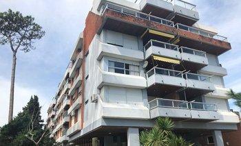 El edificio tiene frente hacia Rambla Claudio Williman y fondo a El Toboso.