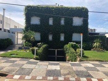 El apartamento cuenta con un único dormitorio y le corresponde el uso exclusivo de un lugar de garaje, así comoparrillero yterraza.