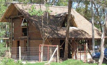 Una casa construida en el balneario Buenos Aires, en Maldonado, con muro de adobe (barro) y techo de quincho