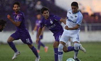 Vicente Poggi en un partido de Defensor Sporting ante Liverpool